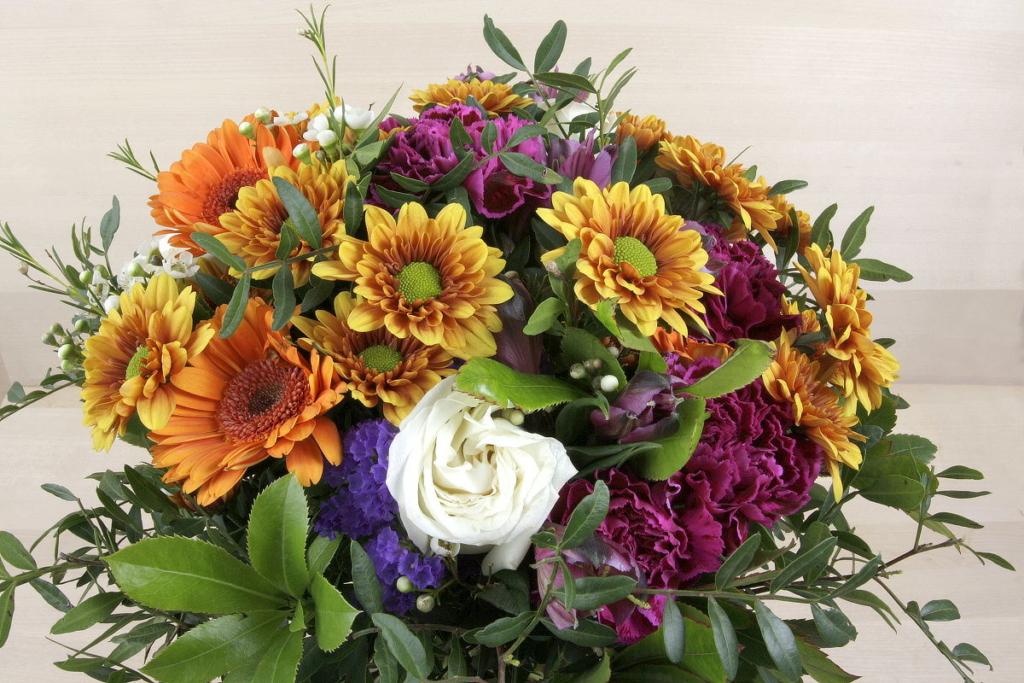 Ram de flors de temporada en tonalitats ataronjades